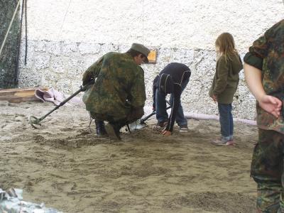 Kinder beim Minensuchen in der Karfreitkaserne