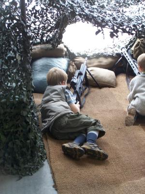 Kinder mit Waffen in der Karfreitkaserne